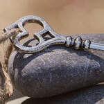 Schlüssel liegt auf Stein